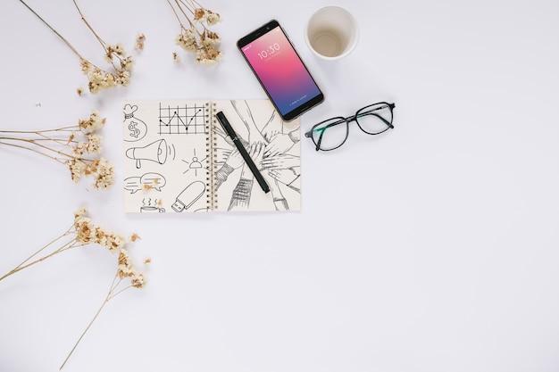 Kreatives social media- und internet-modell mit broschüre oder abdeckung