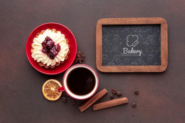 Kuchen mit modell des schwarzen kaffees und der tafel