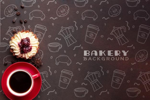Kuchen und schwarzer kaffee mit modell