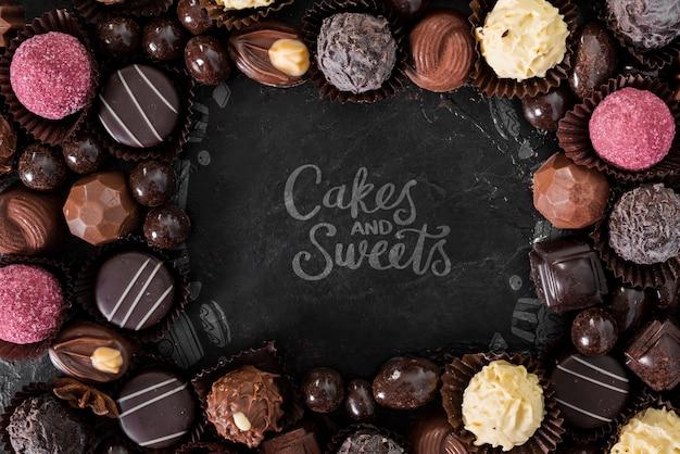 Kuchen und süßigkeiten, umgeben von pralinen und süßigkeiten