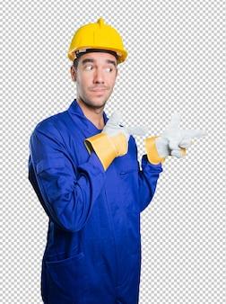 Kühler arbeiter, der auf weißen hintergrund zeigt