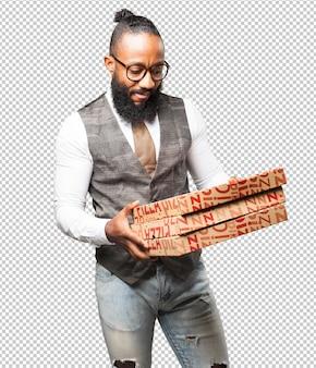 Kühler schwarzer mann mit kästen einer pizza