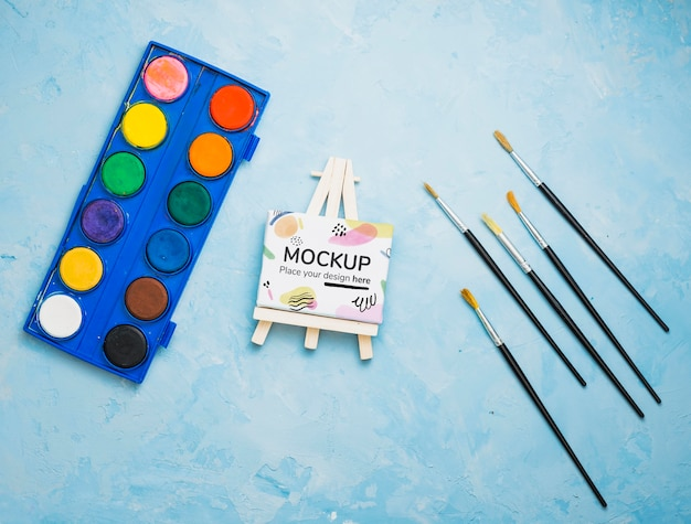 Künstler-konzeptsortiment mit leinwandmodell und aquarellen