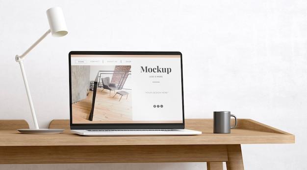 Künstlerzimmer mit website-modell dekoriert