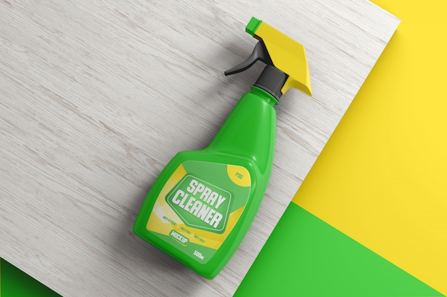 Kunststoff-reinigungssprühflasche auf einem holzoberflächenmodell