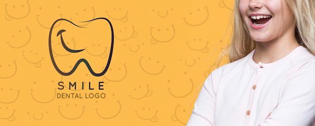 Lächeln zahnärztliches logo süßes junges mädchen