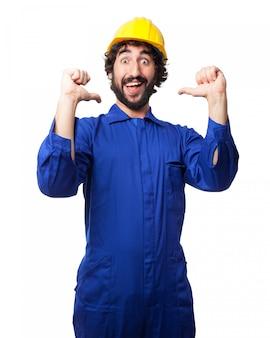 Lächelnde arbeitskraft mit einem helm