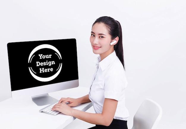 Lächelnde geschäftsfrau mit computermodell ausgestellt