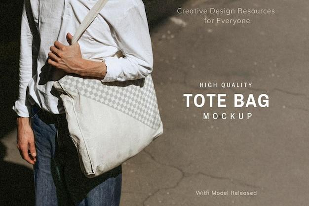 Lässiger mann mit weißem öko-einkaufstaschenmodell