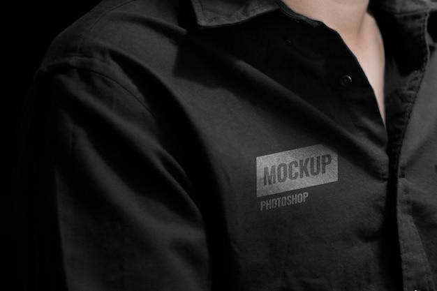 Langärmliges schwarzes hemdmodell