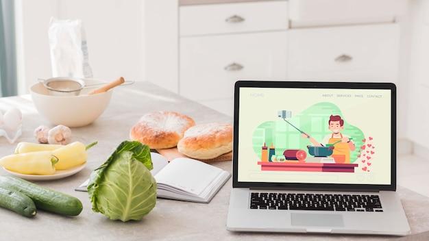 Laptop auf tisch in der küche