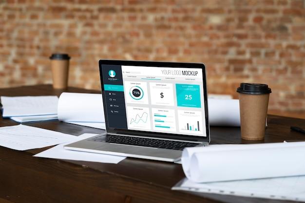 Laptop auf tisch und papierkram