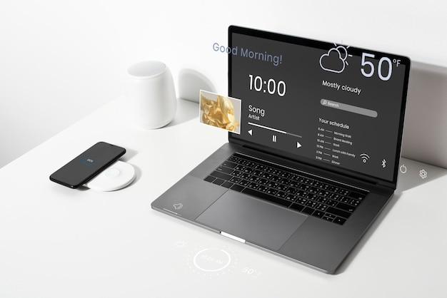 Laptop-bildschirm-mockup-psd auf einem weißen tisch