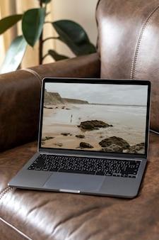 Laptop-bildschirm-mockup-psd auf einer ledercouch