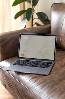 Laptop-bildschirm psd-modell auf einer ledercouch