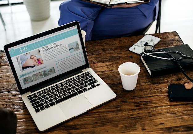 Laptop, der krankenhausservice-website zeigt
