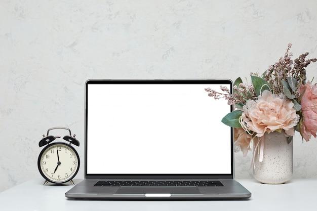 Laptop mit leerem leeren bildschirm