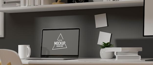 Laptop mit modellbildschirm auf tisch mit büchern und dekorationen
