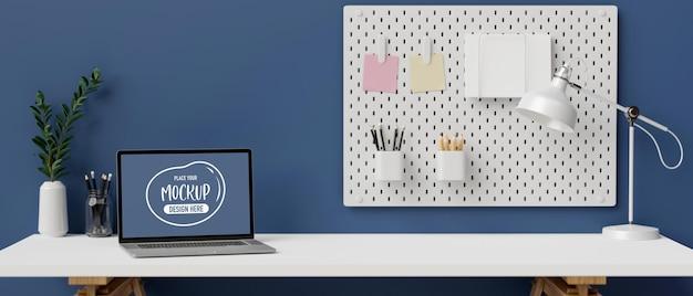 Laptop mit modellbildschirm auf weißem schreibtisch im stilvollen 3d-rendering des büroraums