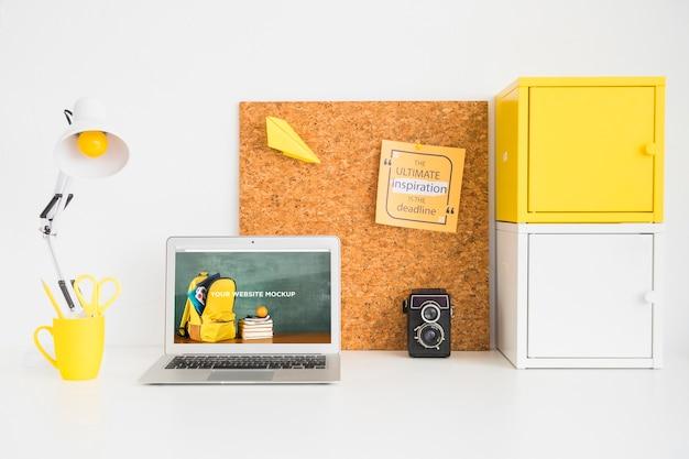 Laptop mit modellbildschirm im sauberen und sauberen arbeitsbereich. bildungsthema