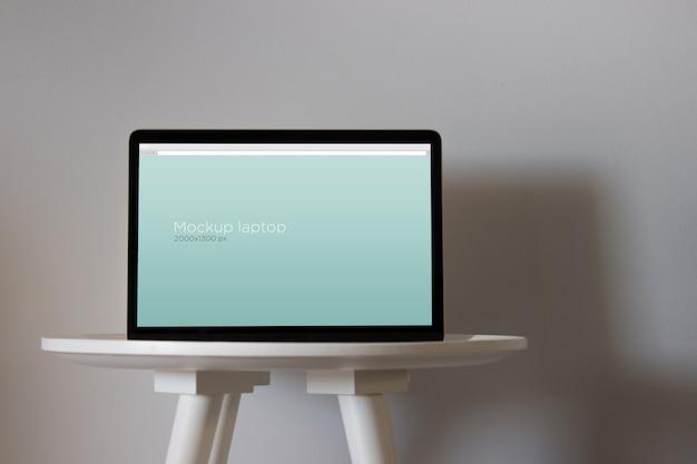 Laptop-modell am runden tisch