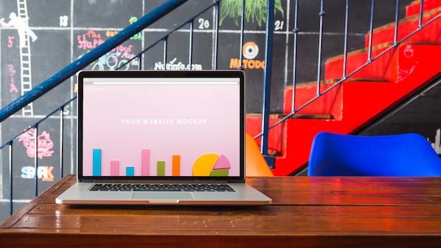 Laptop-modell auf holztisch