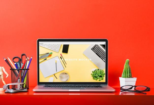 Laptop-modell auf schreibtisch