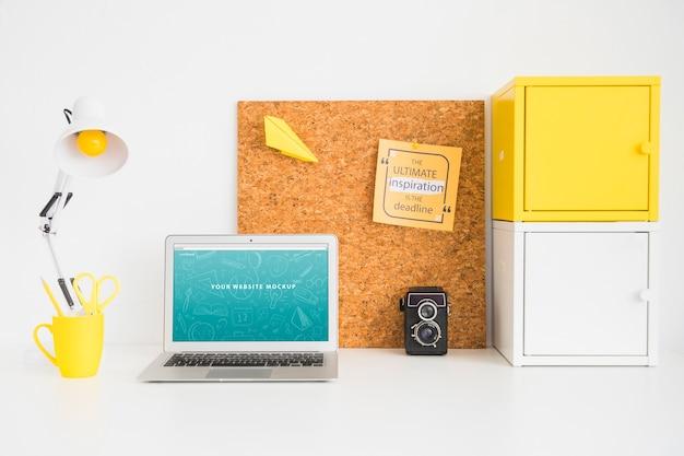 Laptop-modell für website-präsentation mit zurück zum schulkonzept