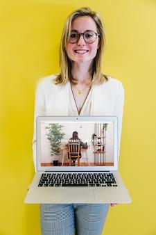Laptop-modell mit geschäftsfrau