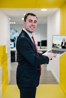 Laptop-modell mit geschäftsmann