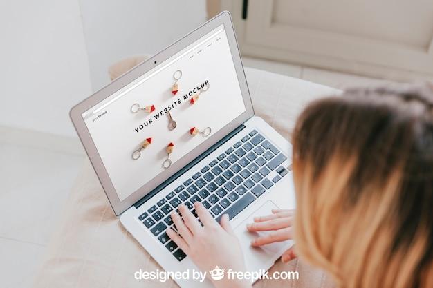 Laptop-modell mit kopf der frau
