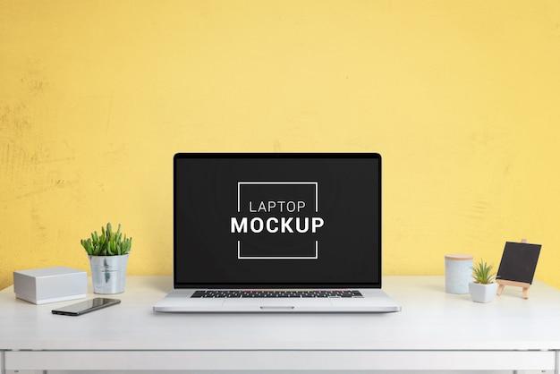 Laptop-, tablet- und telefonmodell im büro