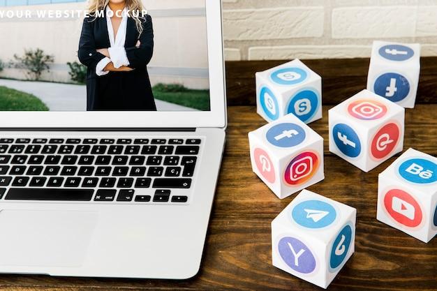Laptopmodell mit konzept des sozialen netzes
