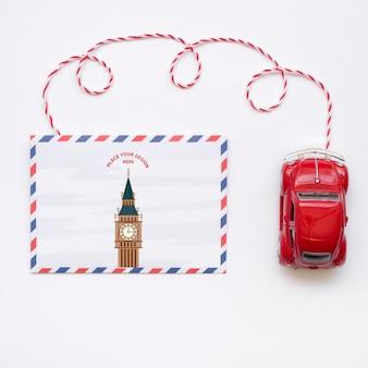 Lass uns ein reisemodell und ein autospielzeug fahren