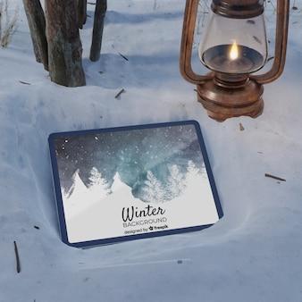Laterne und tablette auf gefrorener szene