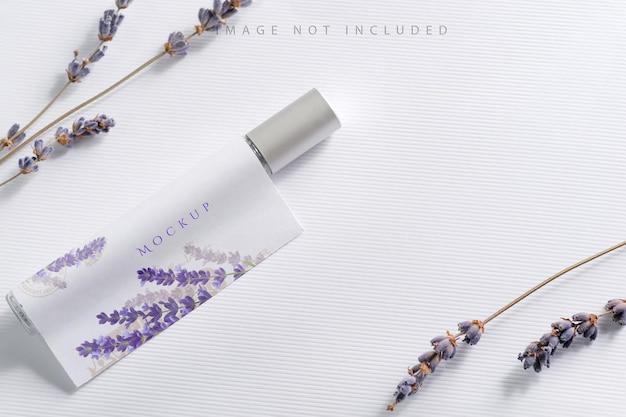 Lavendelblume mit parfümmodell