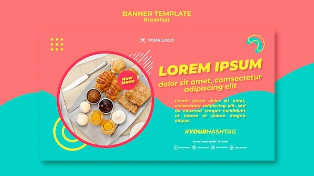 Leckeres frühstück mit croissant-banner-vorlage