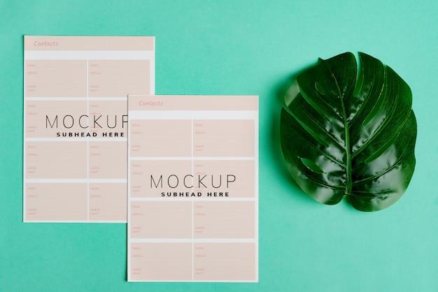 Leere mock-up-broschüre mit zwei papieren für ihr design