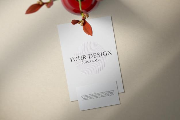 Leere papierkarte mit blumendekorationsmodellentwurf