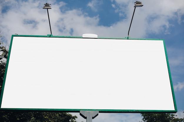 Leere plakatwand in der stadt