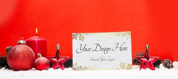 Leere weihnachtsfeiertagsgrußkarte auf einem roten hintergrund
