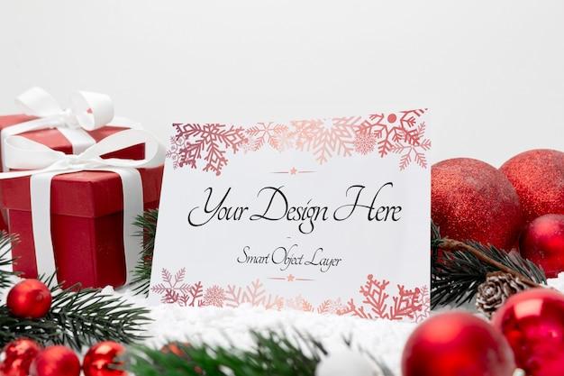 Leere weihnachtsfeiertagsgrußkarte auf einem weiß
