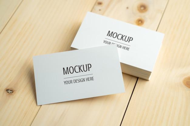 Leere weiße visitenkarte auf hölzerner tabelle