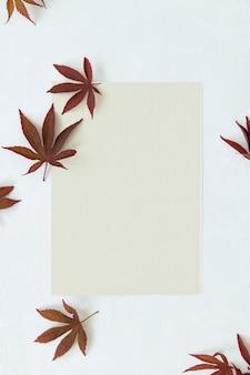 Leeres kraftpapier mit getrockneten blättern vorlage