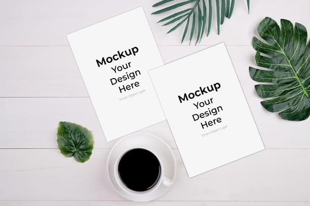 Leeres papierblatt mit modell und blatt nahe tasse kaffee
