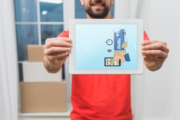 Lieferungsmodell mit dem mann, der tablette hält