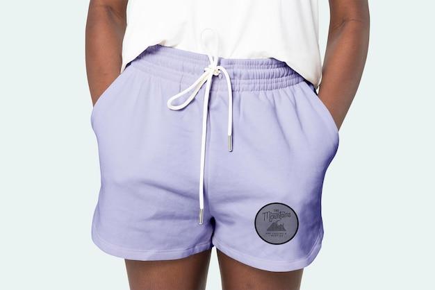 Lila shorts für damen psd-modell mit logo-bekleidungsshooting