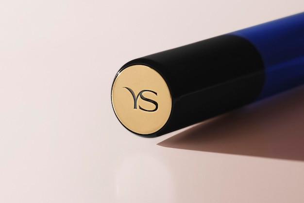 Lippenstift-oberteil mit logo-mockup gold