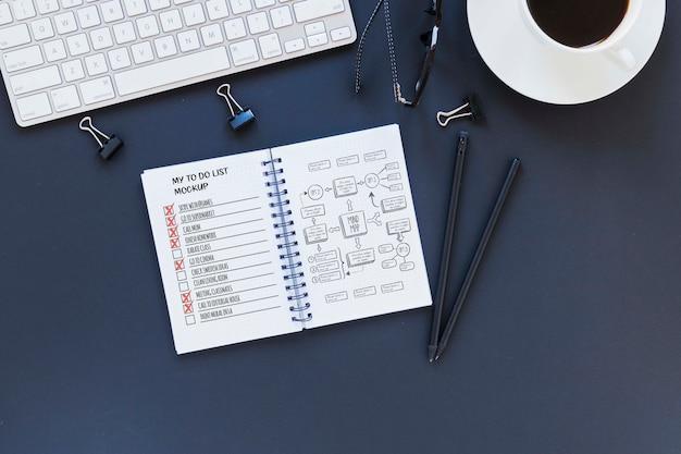 Liste auf dem schreibtisch mit kaffee zu tun