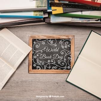 Literaturnachbildung mit schiefer zwischen büchern